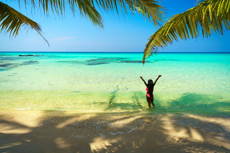 A menina asiática bonita nova no biquini aprecia férias de verão na praia tropical do paraíso Férias de verão e conceito do estil fotos de stock royalty free