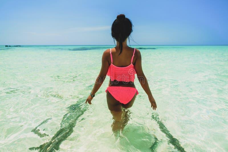 A menina asiática bonita nova no biquini aprecia férias de verão na praia tropical Férias de verão e conceito do estilo de vida fotografia de stock royalty free