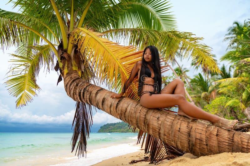 A menina asiática bonita nova no biquini aprecia férias de verão na praia tropical Férias de verão e conceito do estilo de vida imagens de stock royalty free