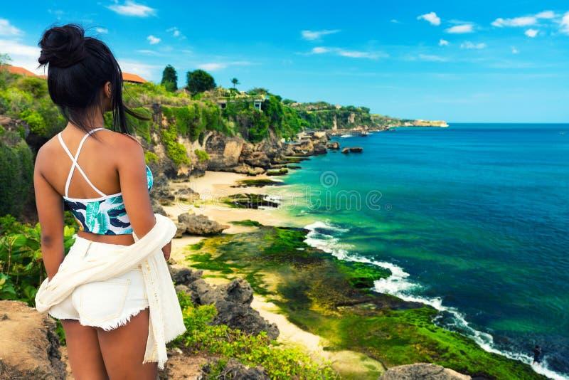 A menina asiática bonita nova no biquini aprecia férias de verão na praia tropical Férias de verão e conceito do estilo de vida foto de stock