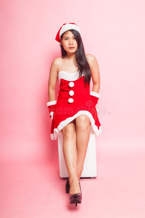 Menina asiática bonito de Santa Claus do Natal fotografia de stock royalty free