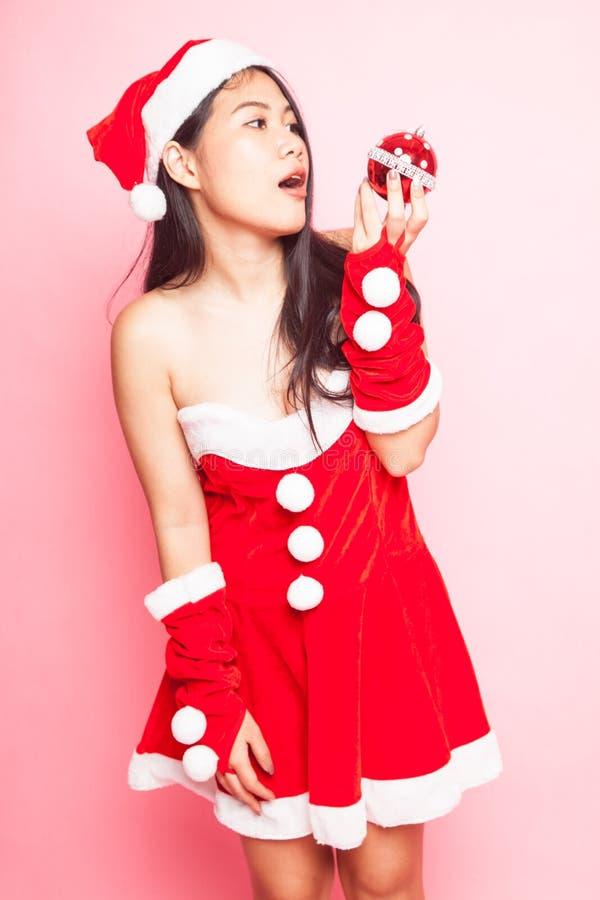 Menina asiática bonito de Santa Claus do Natal foto de stock royalty free