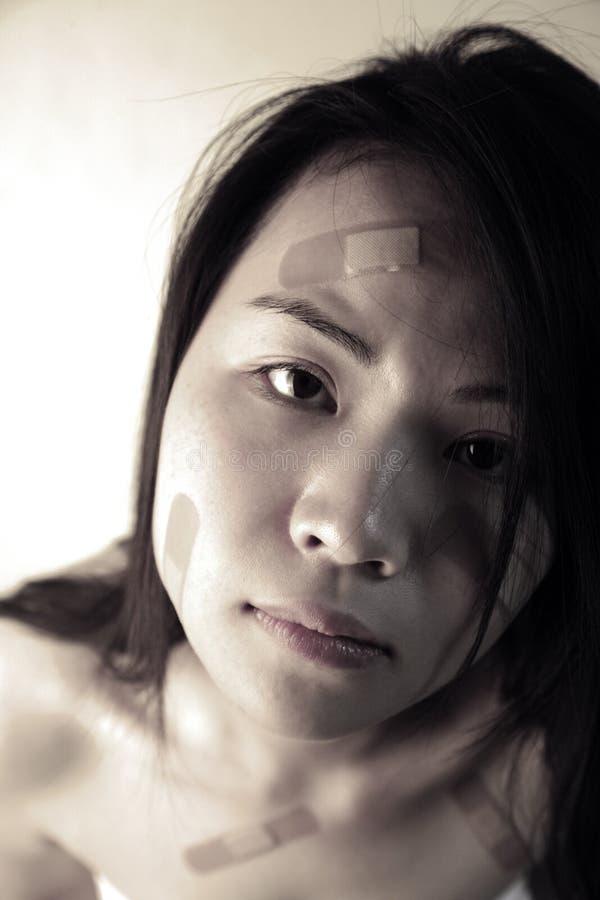 Menina asiática com ataduras foto de stock