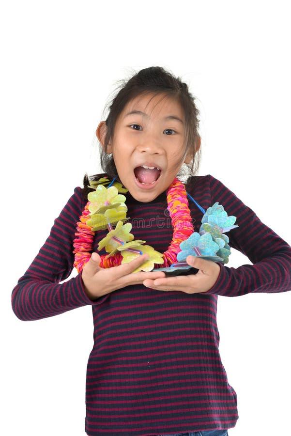 Menina asiática com a festão da flor isolada no branco fotografia de stock royalty free