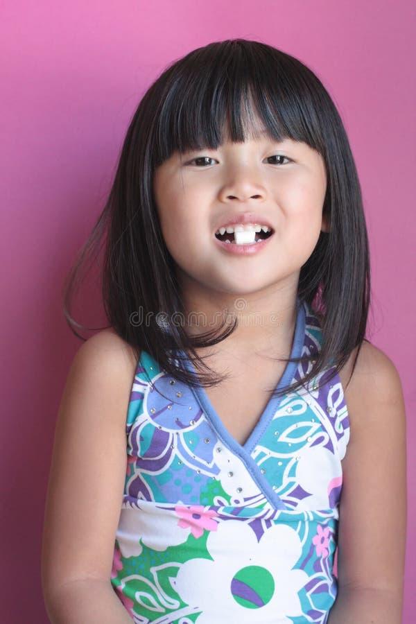 Menina asiática com marshmallow foto de stock