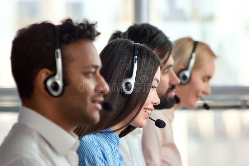 Menina asiática com os auriculares que trabalham em uma empresa imagem de stock royalty free