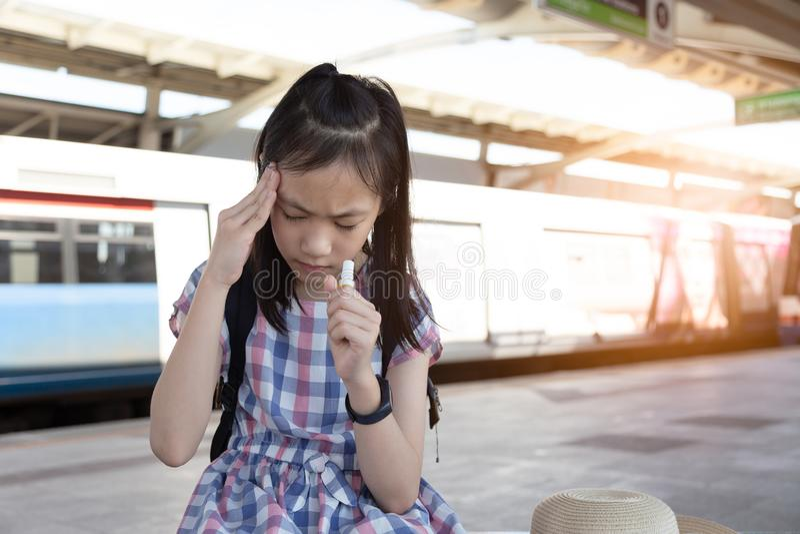 Menina asiática com vertigem, vertigem, enxaqueca, menina deprimida doente s imagens de stock