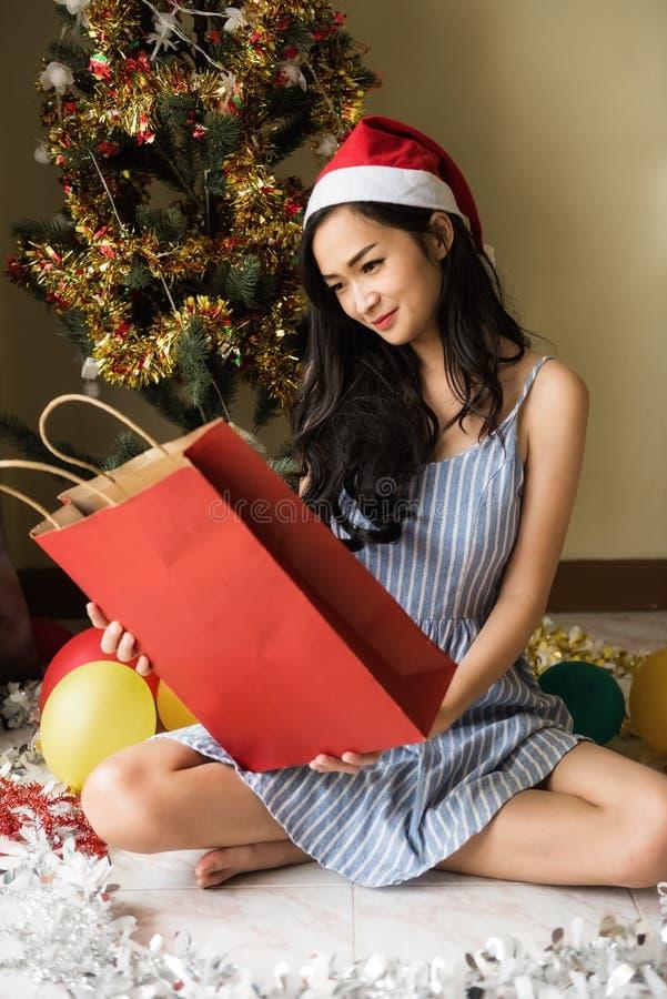 A menina asiática comemora o tempo do Natal foto de stock