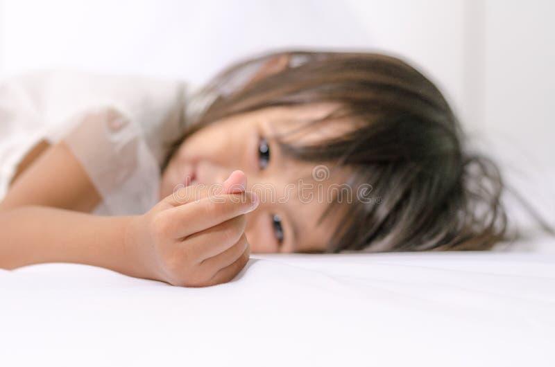 Menina asiática da criança da criança que faz o mini sinal do coração por sua mão foto de stock