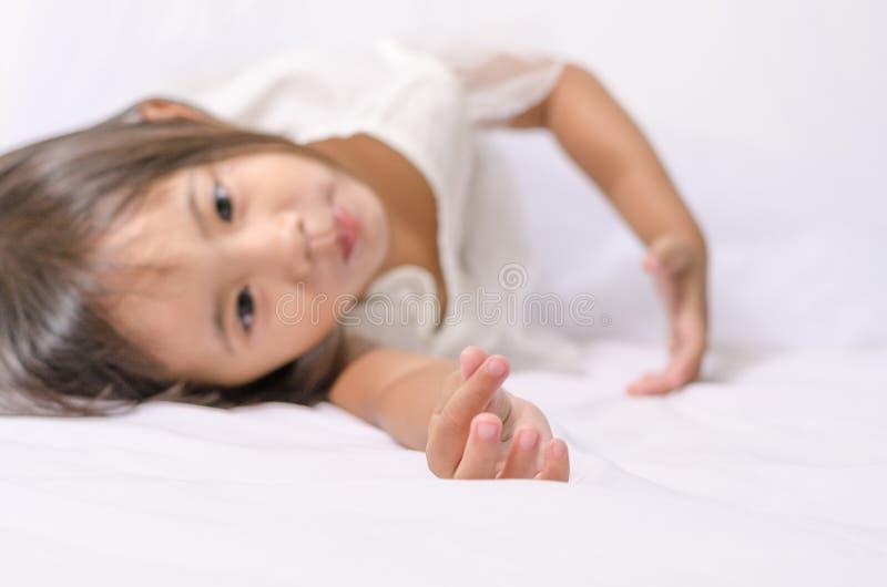 Menina asiática da criança da criança que faz o mini sinal do coração por sua mão fotografia de stock