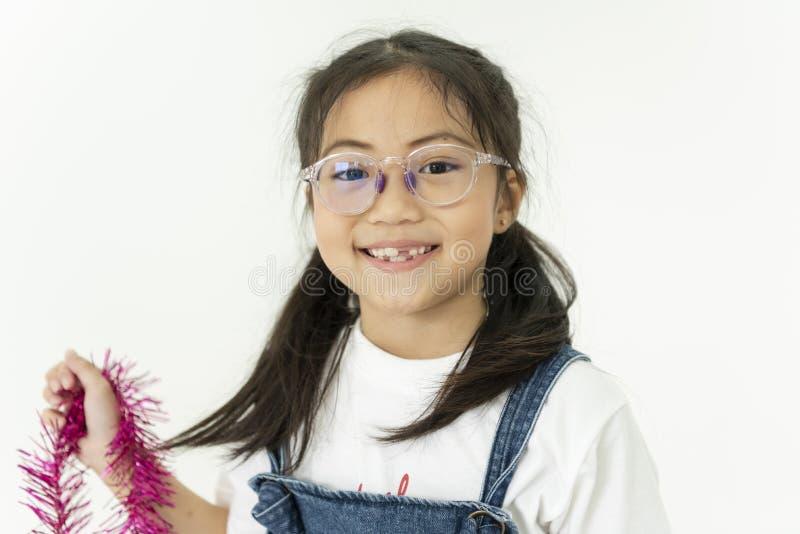 Menina asiática de sorriso feliz da criança no fundo branco imagens de stock royalty free