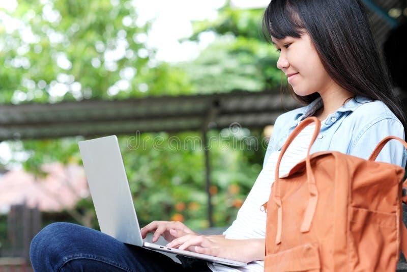 Menina asi?tica do estudante que usa o laptop, educa??o em linha, conceito da aprendizagem adulta imagem de stock royalty free