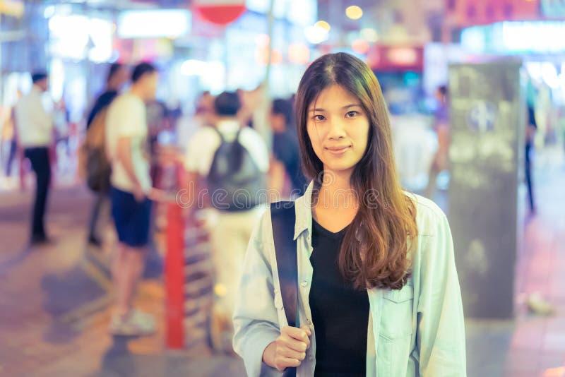 Menina asiática do viajante na rua da noite de Hong Kong foto de stock royalty free