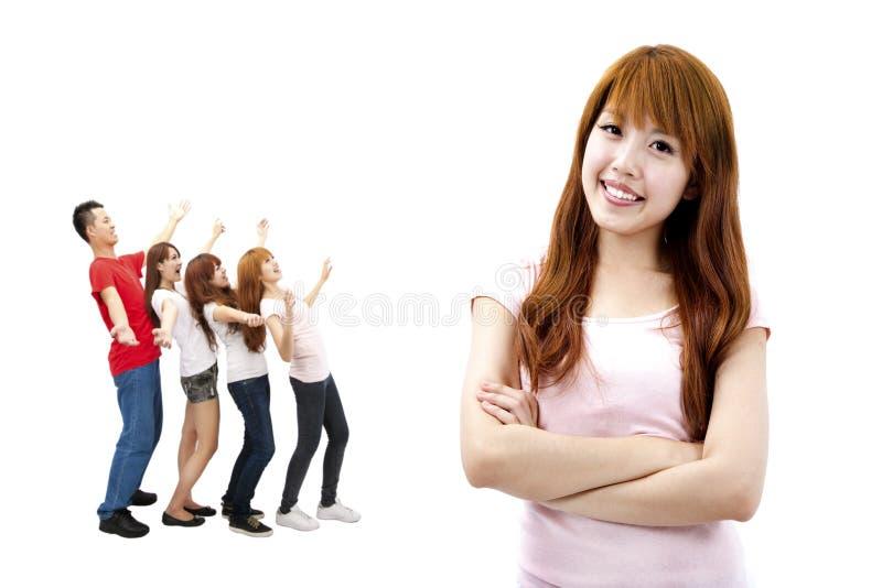 Menina asiática e grupo feliz fotografia de stock