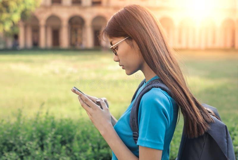 Menina asiática em um parque imagens de stock royalty free