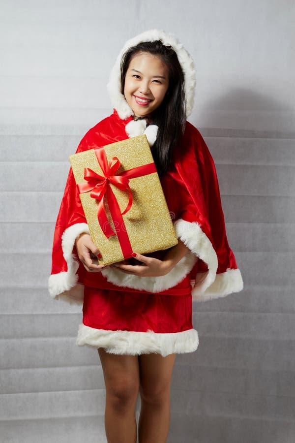 Menina asiática feliz bonita na roupa de Santa Claus fotos de stock
