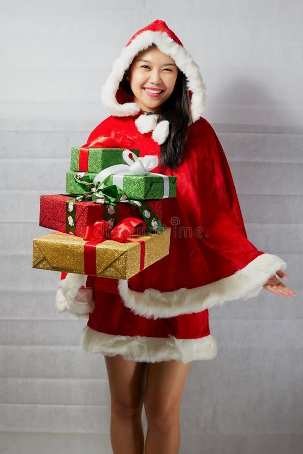 Menina asiática feliz bonita na roupa de Santa Claus imagem de stock royalty free