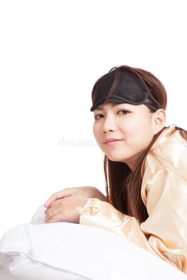 A menina asiática feliz com máscara de olho acorda e sorri imagem de stock royalty free