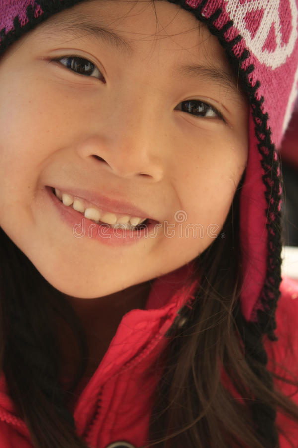 Menina asiática feliz no chapéu invernal fotografia de stock