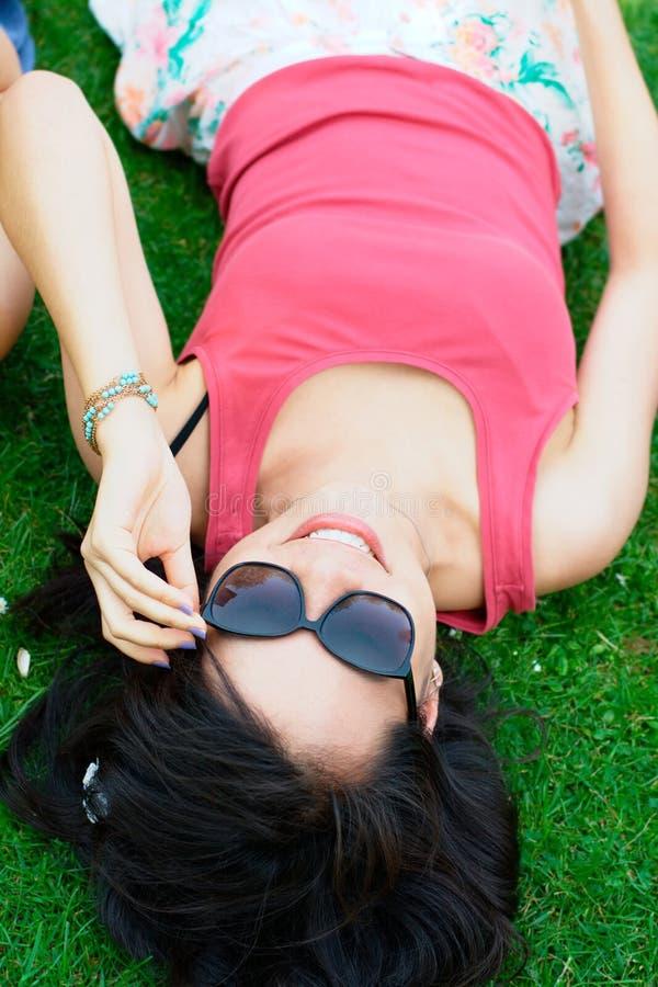Menina asiática feliz no parque fotos de stock royalty free