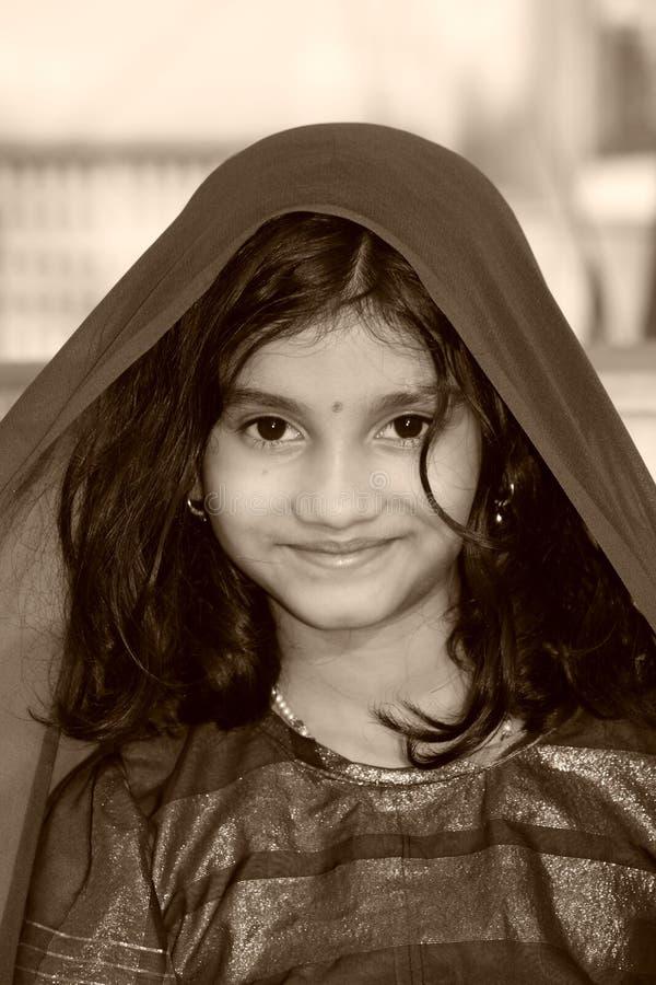 Menina asiática feliz no sari imagem de stock royalty free