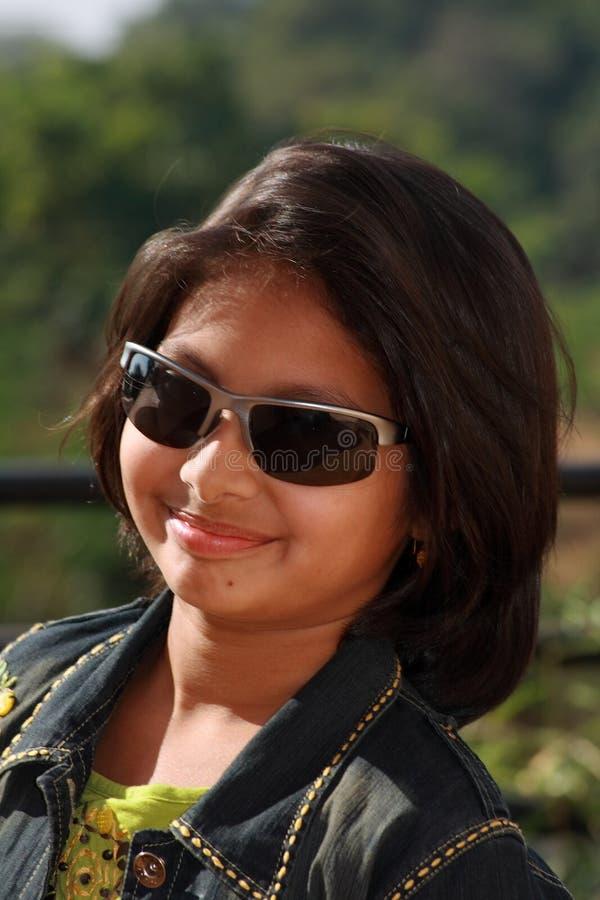 Menina asiática feliz nos óculos de sol fotografia de stock royalty free