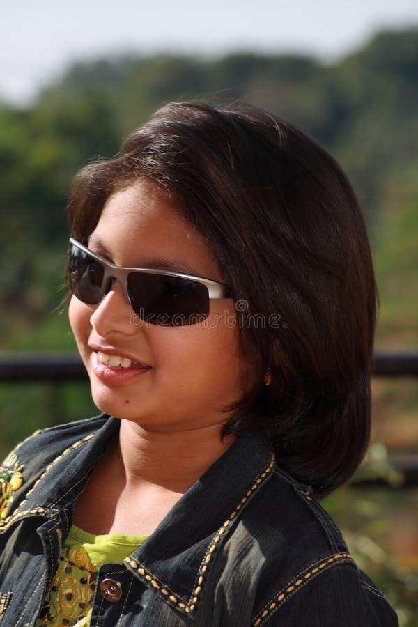 Menina asiática feliz nos óculos de sol foto de stock royalty free