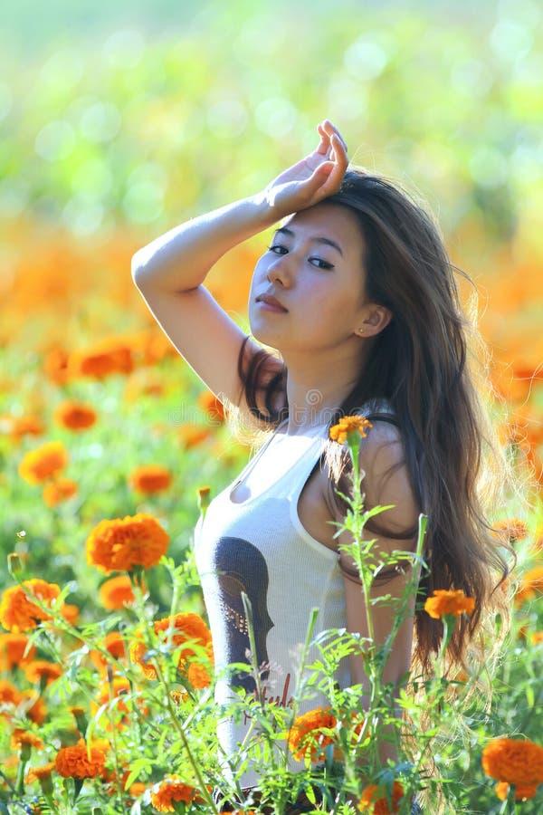 Menina asiática na flor imagens de stock royalty free