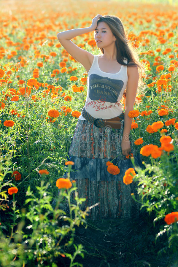 Menina asiática na flor foto de stock royalty free
