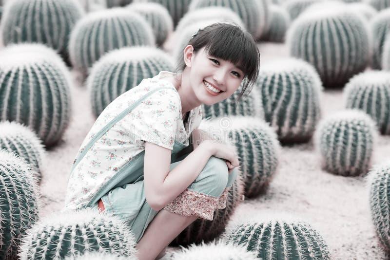 Menina asiática no campo do cacto imagem de stock