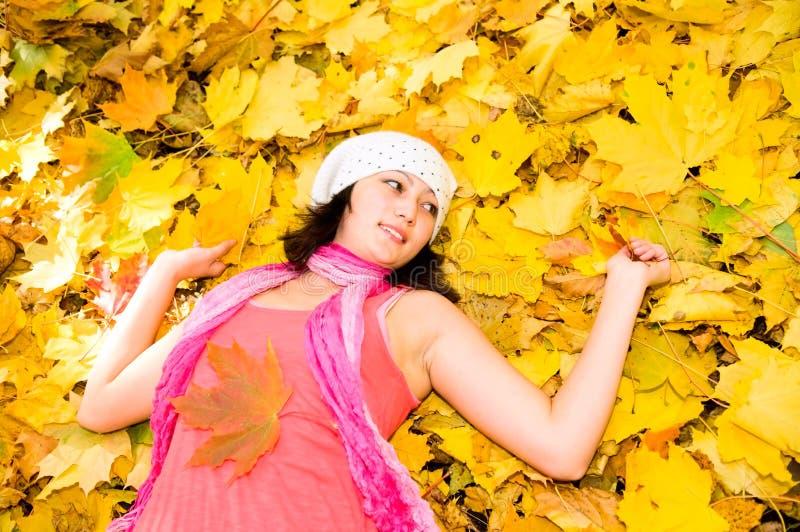 Menina asiática no parque do outono imagem de stock royalty free