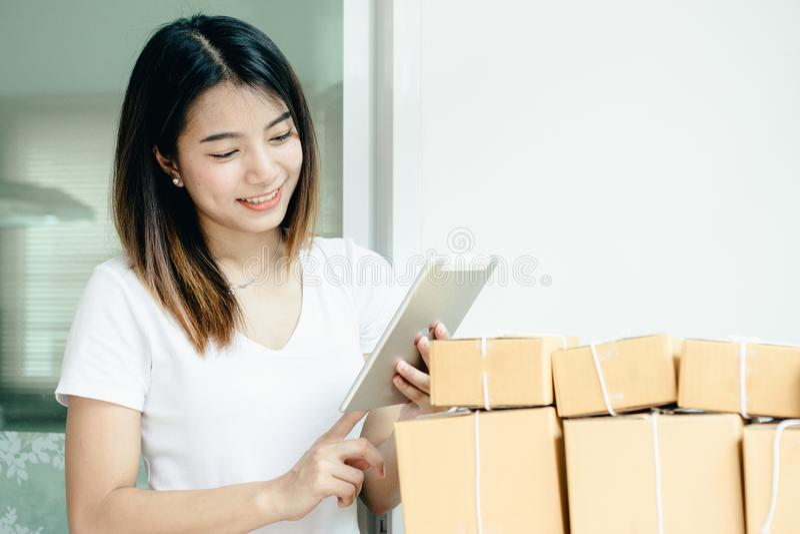 A menina asiática nova é freelancer com seu assunto privado imagem de stock royalty free