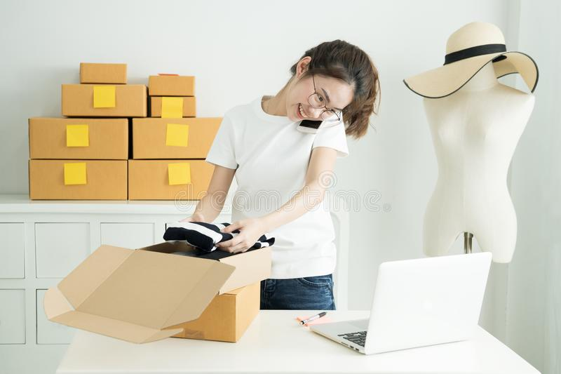 A menina asiática nova é freelancer com seu escritório do assunto privado em casa, trabalhando com portátil, café, mercado em lin imagens de stock royalty free