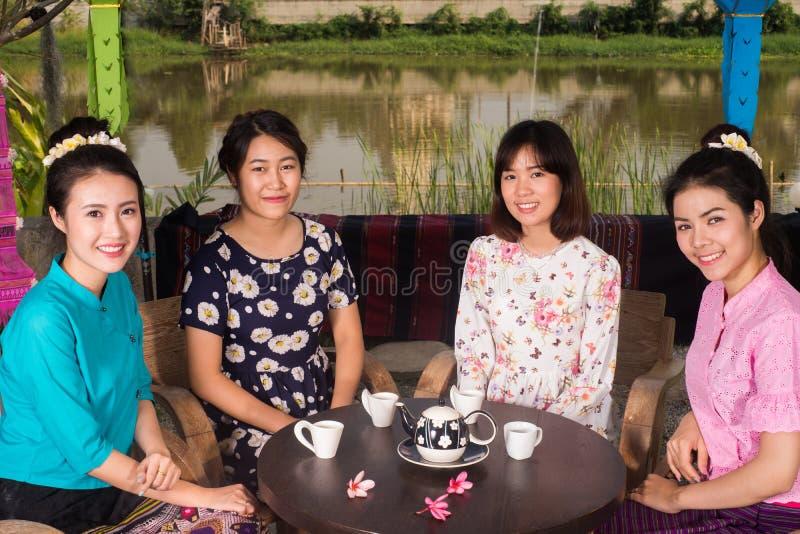 A menina asiática nova bonita aprecia o partido do café exterior fotografia de stock
