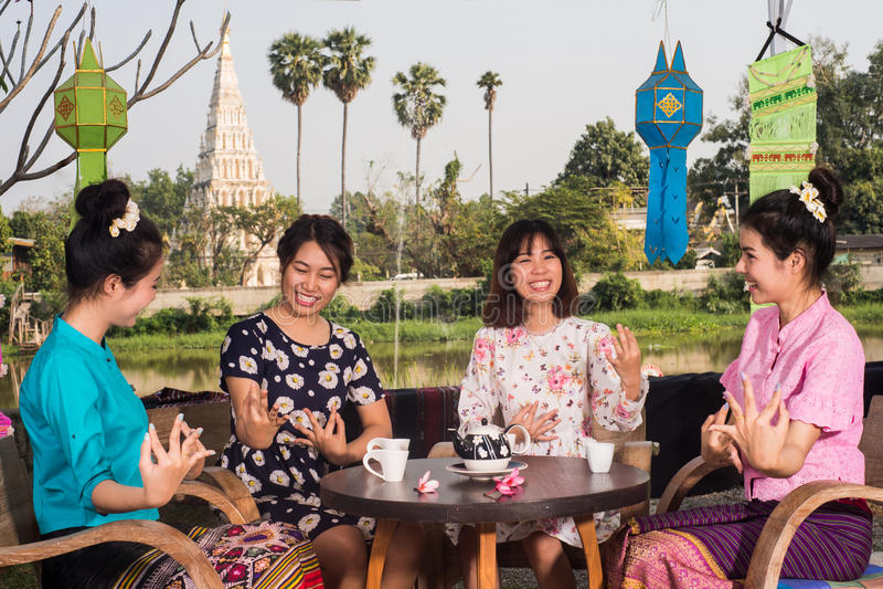 A menina asiática nova bonita aprecia o partido do café exterior imagens de stock royalty free