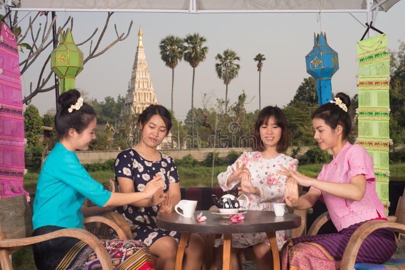 A menina asiática nova bonita aprecia o partido do café exterior foto de stock