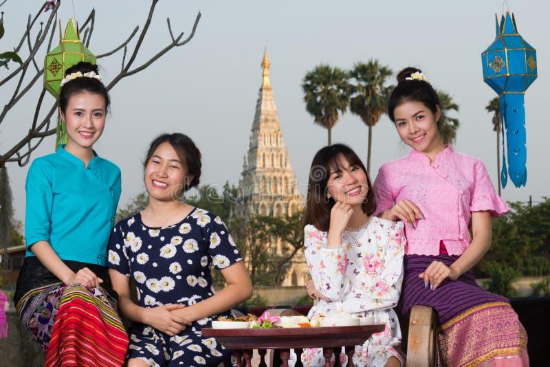 A menina asiática nova bonita aprecia o partido do café exterior fotografia de stock royalty free
