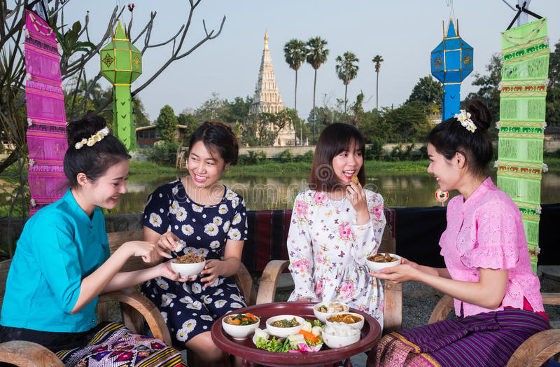 A menina asiática nova bonita aprecia o partido exterior foto de stock royalty free