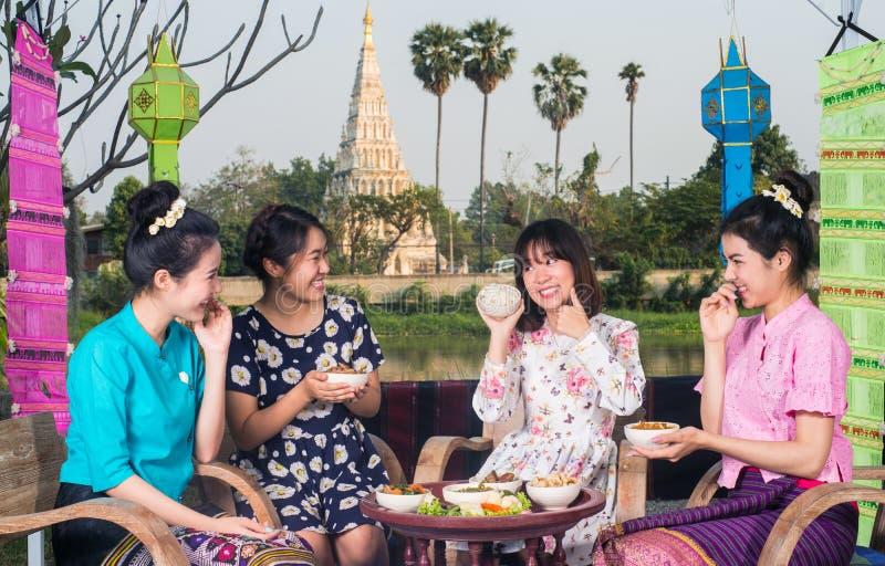 A menina asiática nova bonita aprecia o partido exterior imagens de stock royalty free