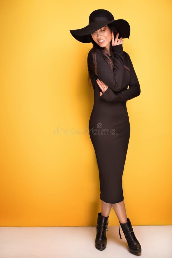 Menina asiática nova elegante no chapéu foto de stock royalty free