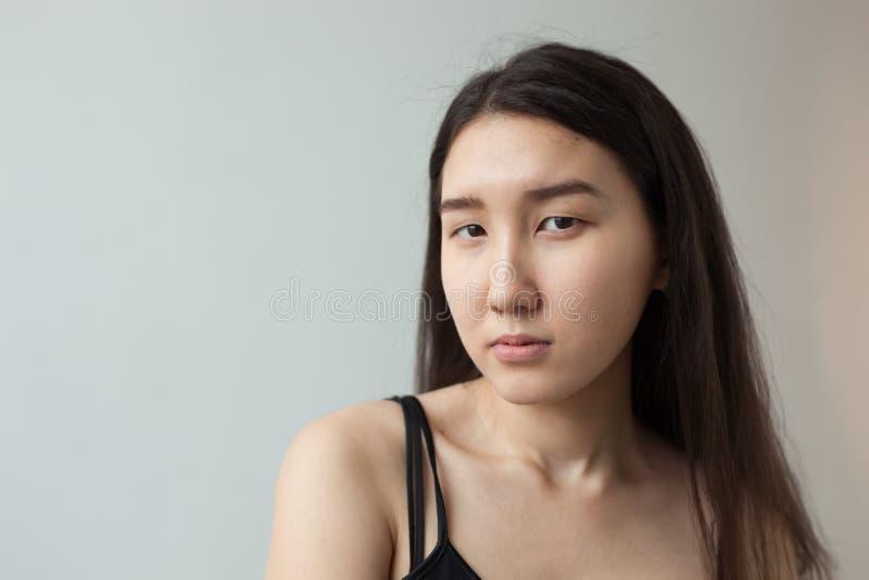 Menina asiática nova em um fundo branco fotografia de stock