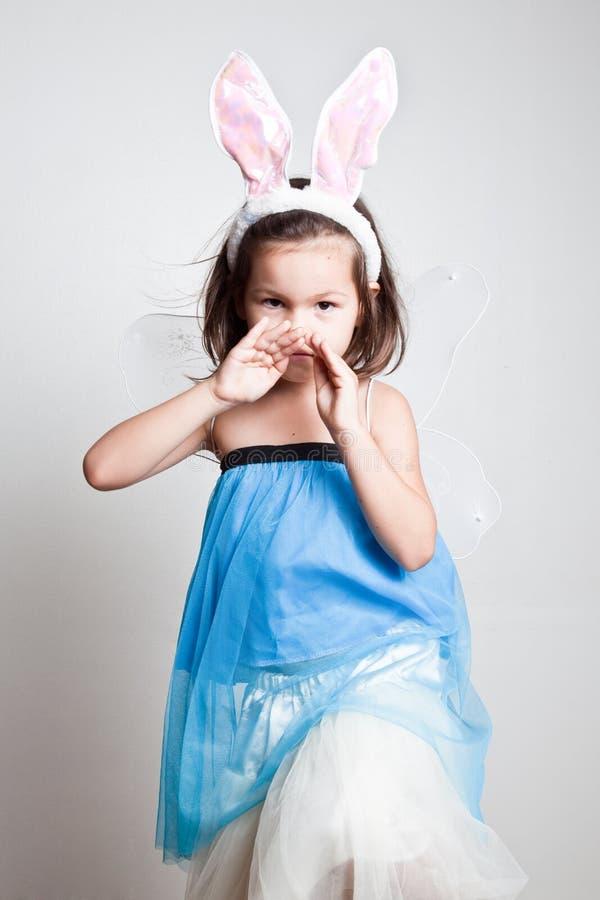 Menina asiática nova nas orelhas de coelho do coelho fotos de stock royalty free