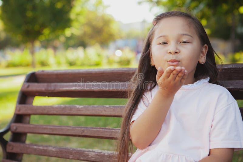 Menina asiática pequena bonita no parque em um dia de verão fotos de stock royalty free