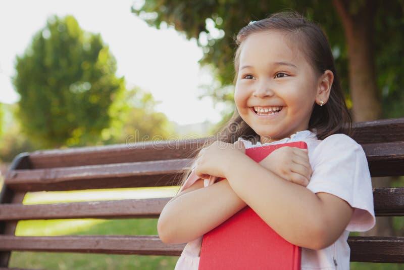 Menina asiática pequena bonita no parque em um dia de verão fotografia de stock royalty free