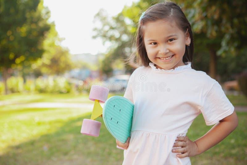 Menina asiática pequena bonita no parque em um dia de verão foto de stock