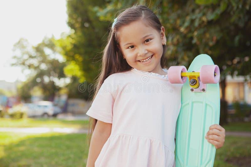 Menina asiática pequena bonita no parque em um dia de verão foto de stock royalty free