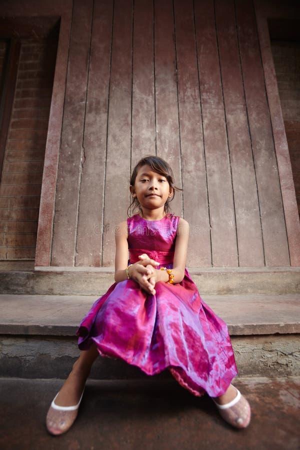 Menina asiática pequena bonito e feliz que sorri na câmera imagens de stock