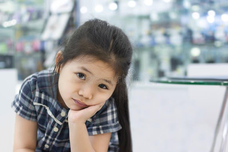 Menina asiática pequena da dor de dente fotografia de stock