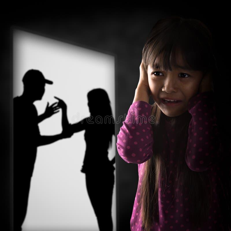 Menina asiática pequena de Cryling cansado de earing foto de stock royalty free
