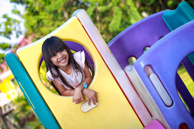 A menina asiática pequena de sorriso aprecia jogar imagem de stock royalty free